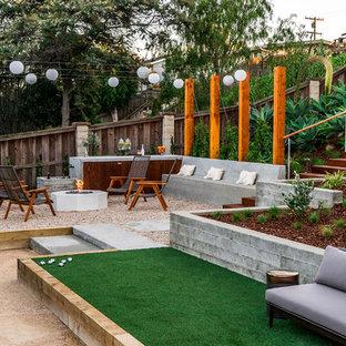 Idéer för stora funkis uteplatser på baksidan av huset, med en öppen spis och grus