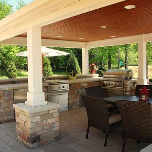 Ispirazione per un grande patio o portico design dietro casa con pavimentazioni in cemento e un gazebo o capanno