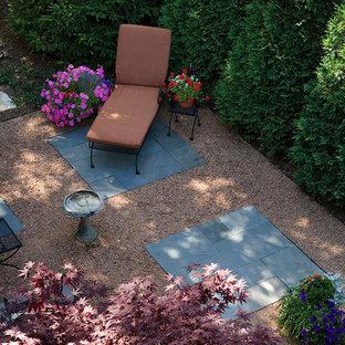 Idee per un piccolo patio o portico classico dietro casa con graniglia di granito e nessuna copertura