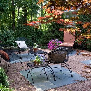 Esempio di un piccolo patio o portico tradizionale dietro casa con graniglia di granito e nessuna copertura