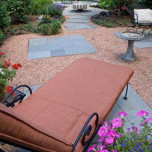 Immagine di un patio o portico chic di medie dimensioni e dietro casa con graniglia di granito e nessuna copertura