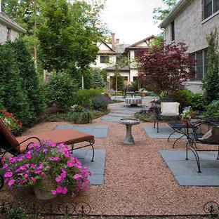 Idée de décoration pour une petite terrasse latérale tradition avec un gravier de granite et aucune couverture.