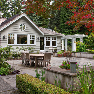 Foto di un patio o portico tradizionale con una pergola
