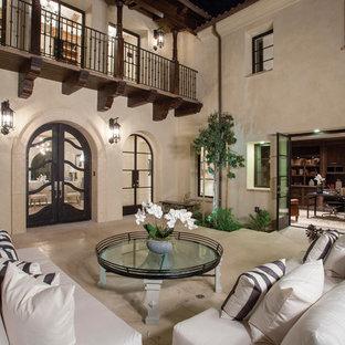 Idee per un patio o portico mediterraneo in cortile