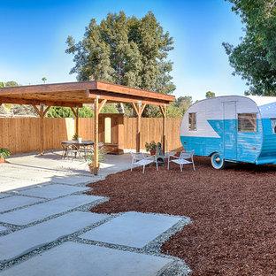 Idee per un patio o portico american style di medie dimensioni e dietro casa con pavimentazioni in cemento e un gazebo o capanno