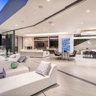 Esempio di un ampio patio o portico minimal dietro casa con piastrelle e nessuna copertura
