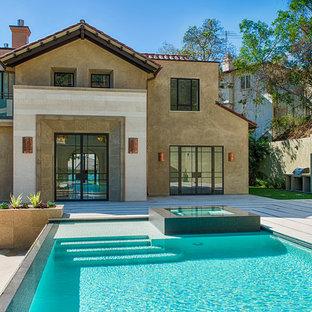 Esempio di un patio o portico chic di medie dimensioni e dietro casa con piastrelle e nessuna copertura