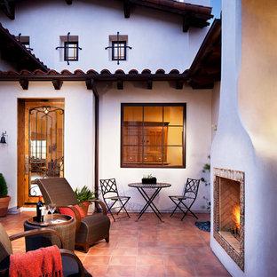 Modelo de patio mediterráneo, grande, sin cubierta, en patio, con brasero y adoquines de piedra natural