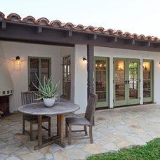 Mediterranean Patio by Pritzkat & Johnson Architects