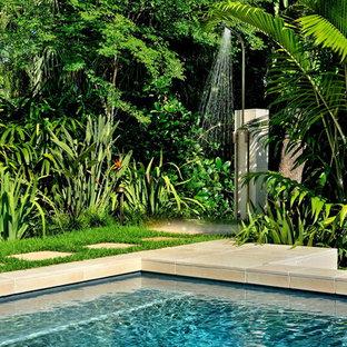 Idéer för att renovera en tropisk uteplats på baksidan av huset, med utedusch