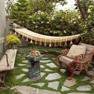 Imagen de patio bohemio, de tamaño medio, sin cubierta, en patio trasero, con adoquines de piedra natural