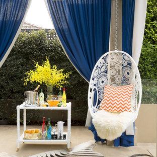 Ispirazione per un ampio patio o portico bohémian dietro casa con una pergola e pavimentazioni in cemento