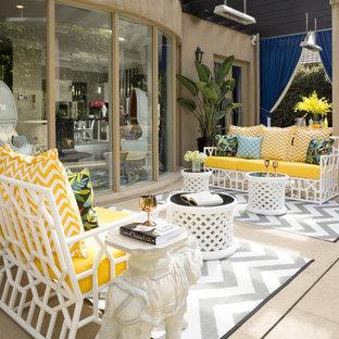 Esempio di un ampio patio o portico eclettico dietro casa con fontane, pavimentazioni in mattoni e un gazebo o capanno
