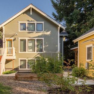 Ispirazione per un patio o portico stile americano di medie dimensioni e in cortile con pavimentazioni in mattoni e un parasole
