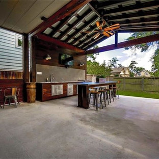 Idee per un grande patio o portico industriale dietro casa con lastre di cemento e un tetto a sbalzo