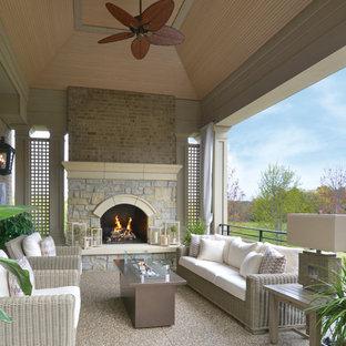 Foto di un grande patio o portico tropicale dietro casa con ghiaia e un tetto a sbalzo