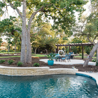 Foto di un patio o portico contemporaneo di medie dimensioni e dietro casa con fontane, una pergola e cemento stampato
