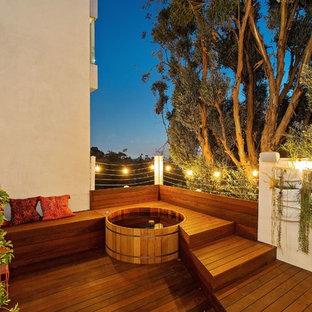 Ispirazione per un grande patio o portico moderno dietro casa con pedane e nessuna copertura