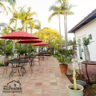 Esempio di un ampio patio o portico boho chic davanti casa con piastrelle e nessuna copertura