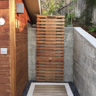 Diseño de patio contemporáneo, en patio trasero, con ducha exterior