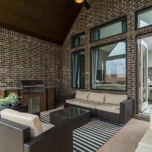 Foto di un patio o portico di medie dimensioni con piastrelle e un tetto a sbalzo