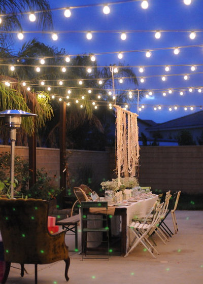 Фьюжн Дворик HOUZZ Holiday Contest: A Pretty Backyard DInner Party