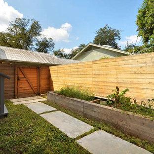 Esempio di un piccolo patio o portico moderno nel cortile laterale con lastre di cemento e nessuna copertura