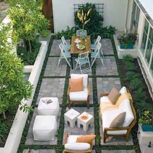 Foto de patio exótico, sin cubierta, con adoquines de hormigón