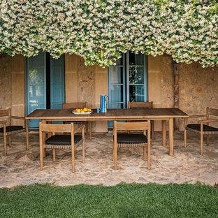 Idee per un patio o portico country di medie dimensioni e dietro casa con un tetto a sbalzo