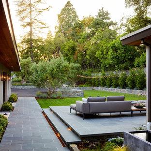 Imagen de patio actual, grande, sin cubierta, en patio delantero, con suelo de baldosas