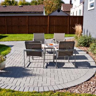 Ispirazione per un piccolo patio o portico tradizionale dietro casa con un giardino in vaso, pavimentazioni in mattoni e nessuna copertura
