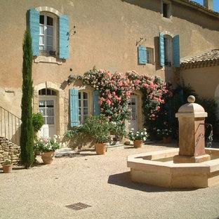 Idee per un patio o portico mediterraneo di medie dimensioni e in cortile con fontane, pavimentazioni in pietra naturale e nessuna copertura