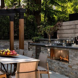 Diseño de patio tradicional renovado con cocina exterior y pérgola
