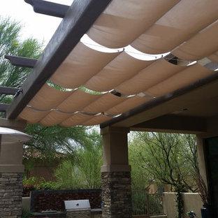 Réalisation d'une terrasse arrière sud-ouest américain de taille moyenne avec une pergola.