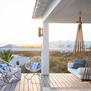 Идея дизайна: дворик среднего размера на заднем дворе в морском стиле с навесом