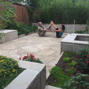 Ispirazione per un piccolo patio o portico etnico dietro casa con pavimentazioni in pietra naturale e nessuna copertura