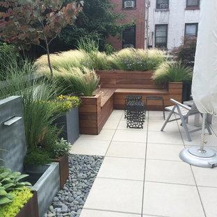 Imagen de patio contemporáneo, de tamaño medio, sin cubierta, en patio, con jardín de macetas y suelo de baldosas