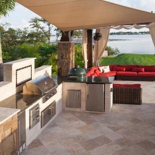 Immagine di un grande patio o portico contemporaneo dietro casa con pavimentazioni in pietra naturale e una pergola