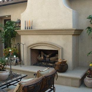 Idee per un patio o portico american style di medie dimensioni e dietro casa con un focolare, pavimentazioni in pietra naturale e nessuna copertura