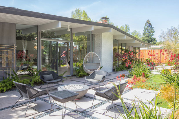 Midcentury Patio by Lucile Glessner Design