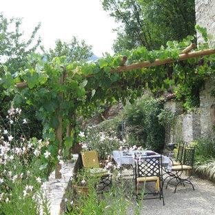 Immagine di un patio o portico mediterraneo con ghiaia