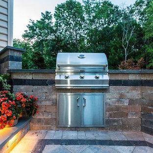 Idee per un patio o portico classico di medie dimensioni e dietro casa con fontane, cemento stampato e nessuna copertura