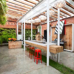 Idee per un patio o portico bohémian con una pergola