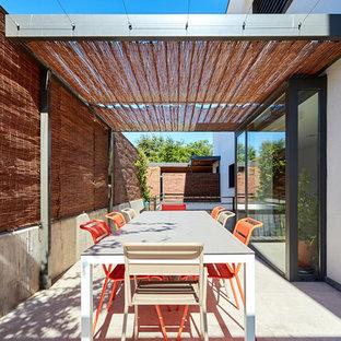 Ejemplo de patio contemporáneo con pérgola