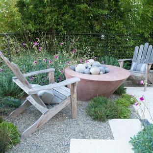 Esempio di un patio o portico eclettico