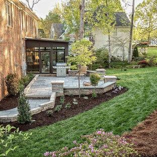 Inspiration för mellanstora klassiska uteplatser på baksidan av huset, med marksten i betong