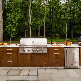 Ejemplo de patio contemporáneo, de tamaño medio, sin cubierta, en patio trasero, con cocina exterior y adoquines de hormigón