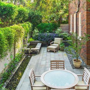 Idée de décoration pour une petite terrasse arrière asiatique avec un point d'eau, des pavés en pierre naturelle et aucune couverture.