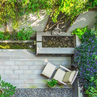 Ispirazione per un piccolo patio o portico etnico dietro casa con fontane, pavimentazioni in pietra naturale e nessuna copertura