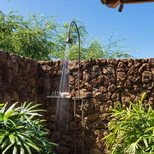 Foto di un grande patio o portico tropicale nel cortile laterale con lastre di cemento e un tetto a sbalzo
